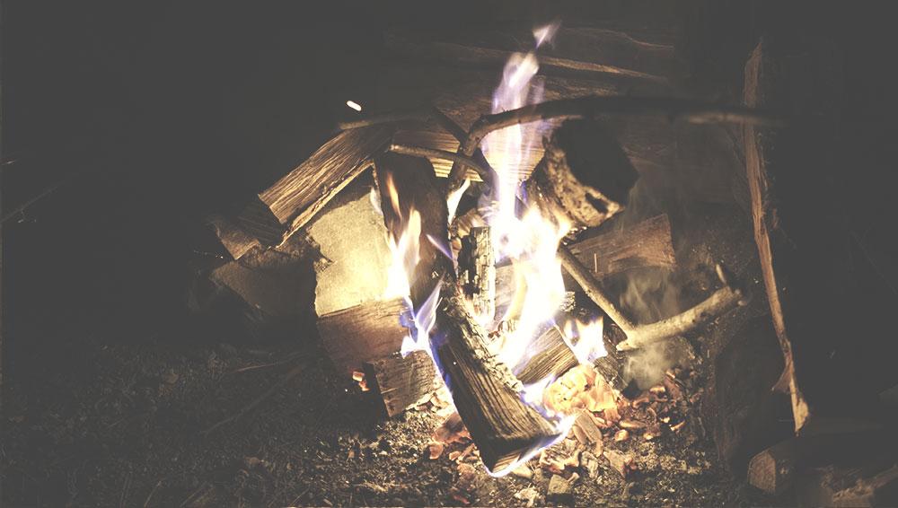 道志の森 直火エリアで焚火01