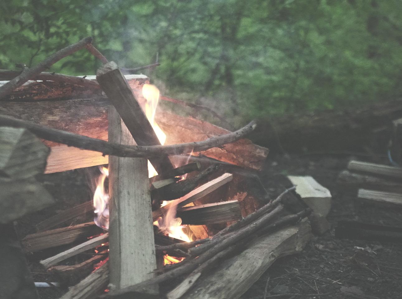 キャンプブログ 焚火の画像